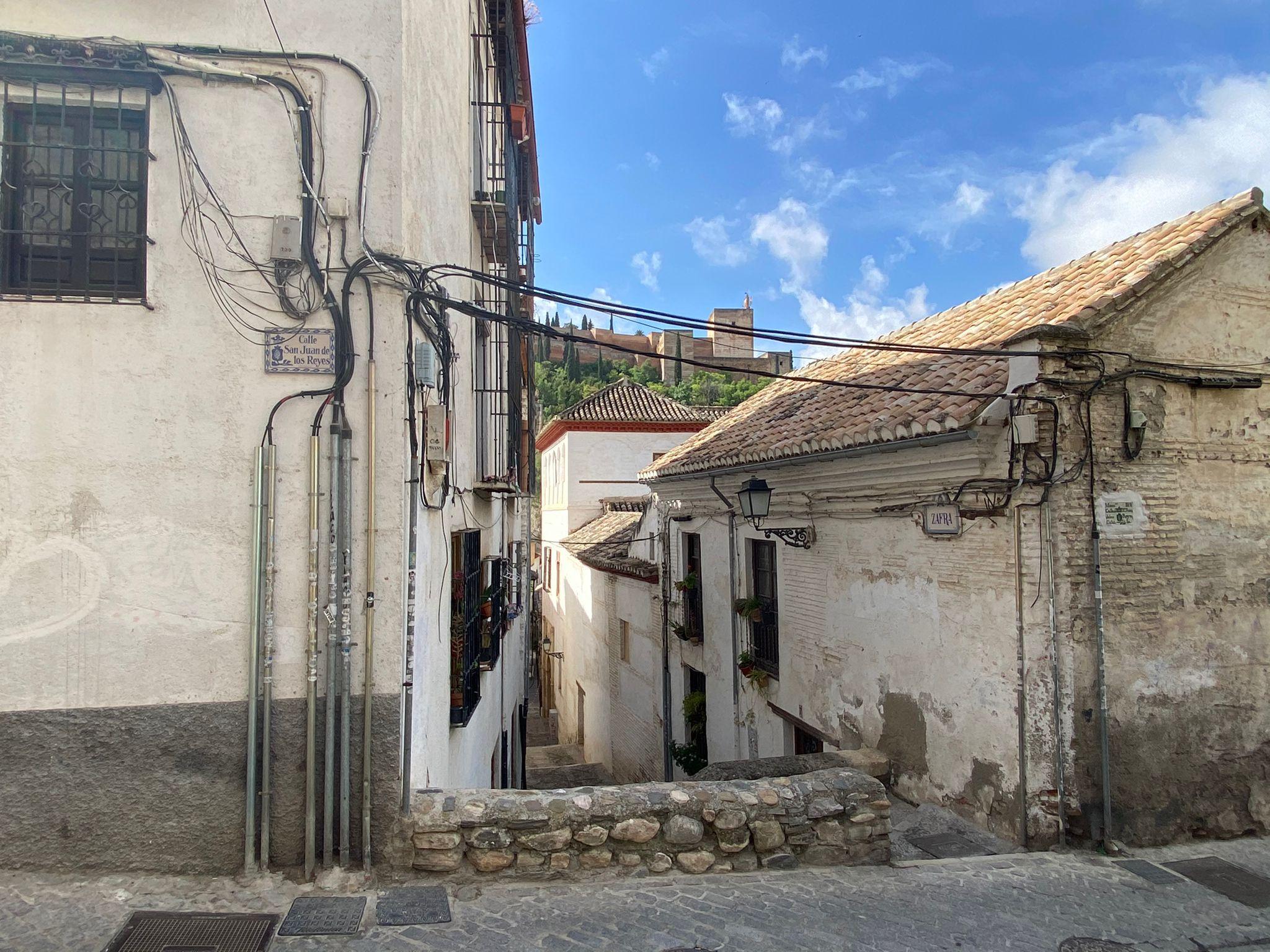 El Vía Crucis inicia una recogida de firmas para pedir al Ayuntamiento de Granada que soterre el cableado aéreo de San Juan de los Reyes